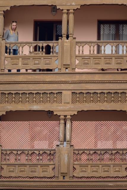 Una de las ejecutivas comprueba la planta 3 donde se aloja Brad Pitt, en el hotel Santa Catalina. (Foto J. PÉREZ CURBELO).
