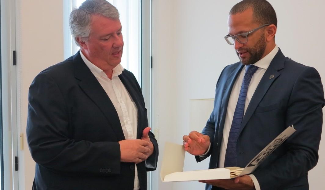 Carlos Ruiz con el ministro de Cultura de Cabo Verde.