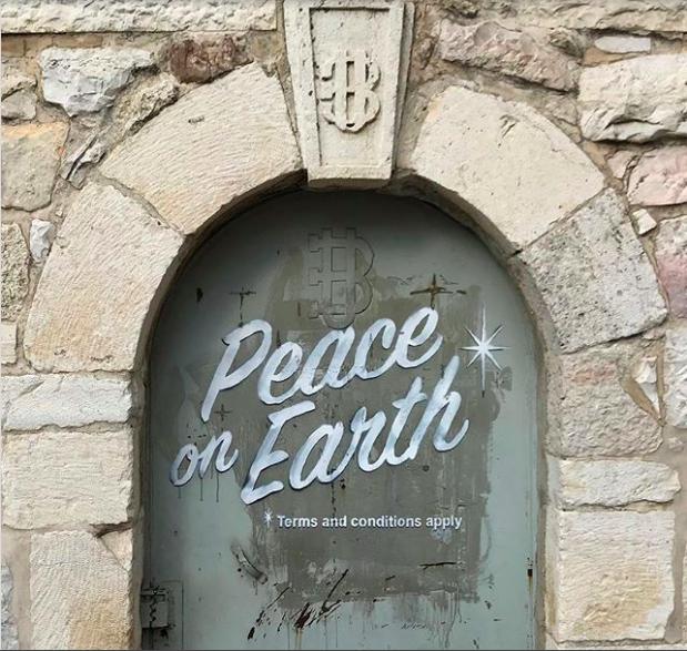 Así 'reza' ahora la puerta de la Iglesia de la Gruta de la Leche, en Belén, después de Bansky.