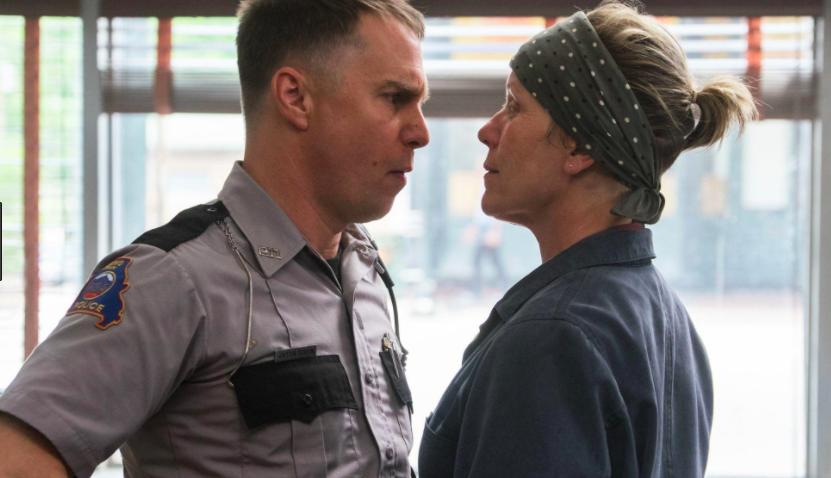El racista 'agente Dixon', interpretado por Sam Rockwell, junto a la protagonista.