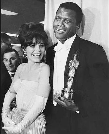Sidney Poitier fue el primer actor negro en recibir un Oscar de la Academia de Hollywood en 1964.