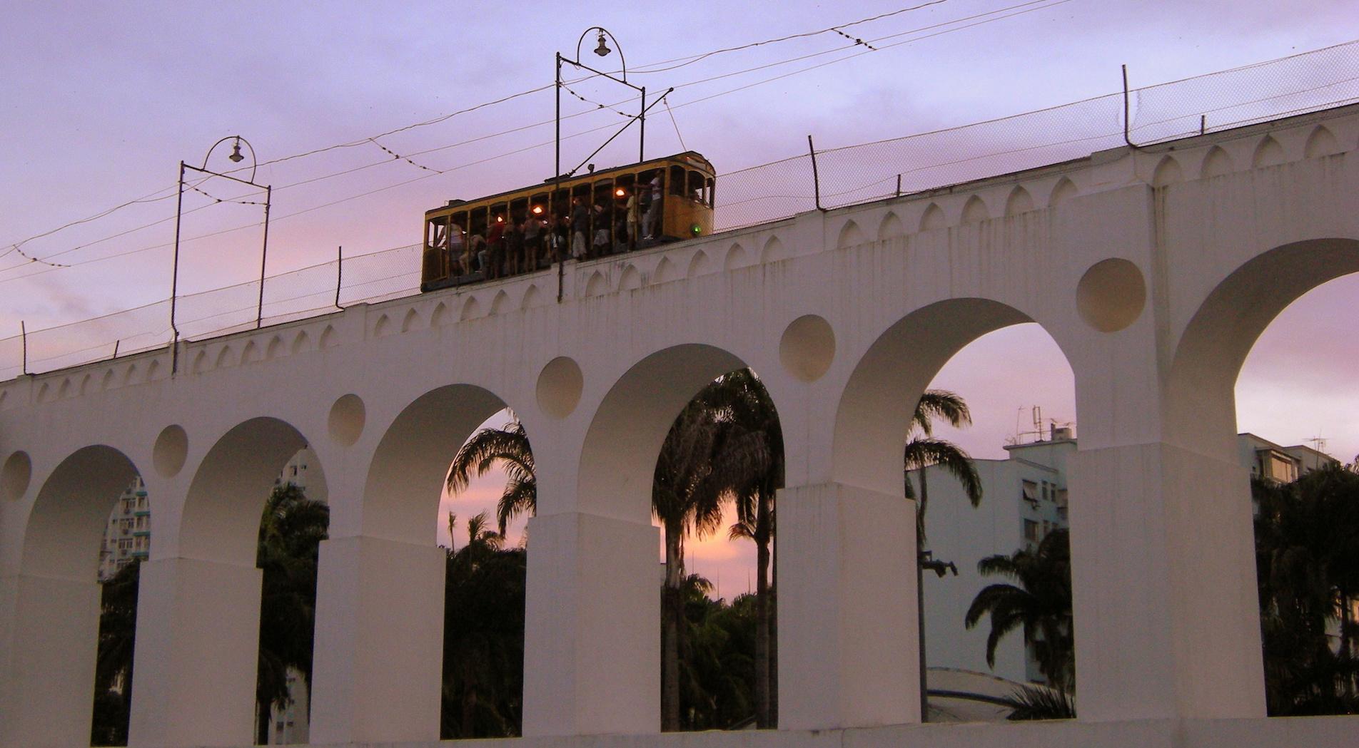 Los Arcos de Lapa, por donde circula el tranvía, son el 'check-point' para la vida nocturna de Lapa.