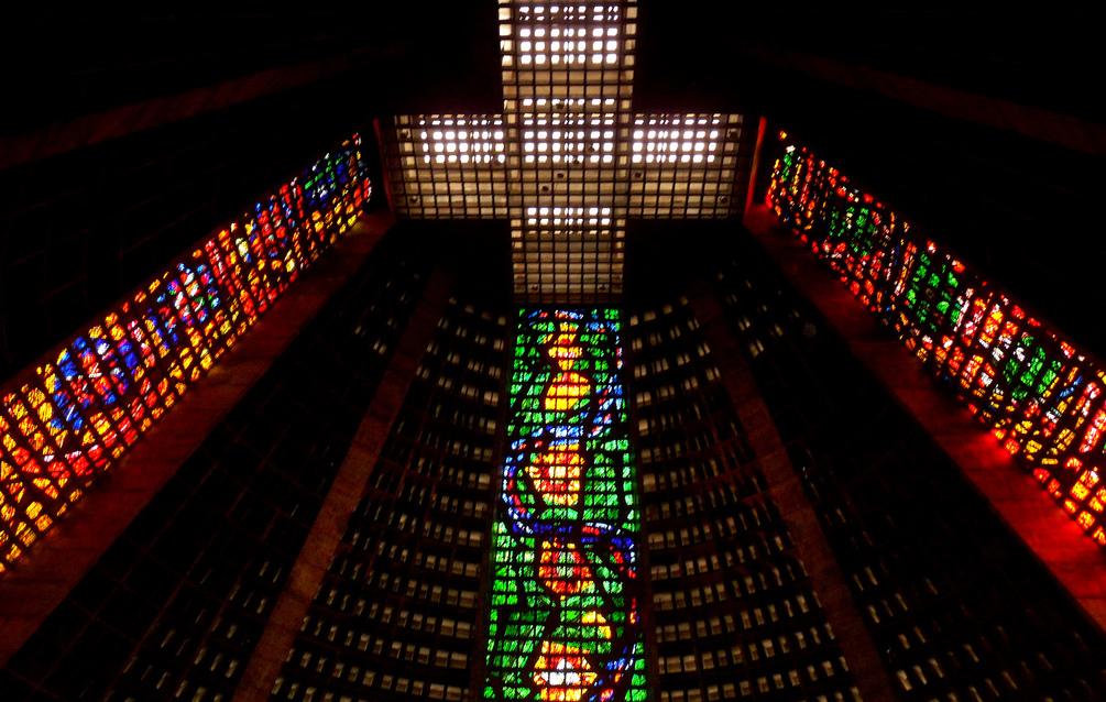 De nuevo, el colorido se impone hasta en el interior de la original Catedral Metropolitana de Río de Janeiro.