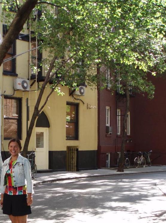Brooklyn ofrece un silencio difícil de encontrar en Manhattan, como en los paseos arbolados de ciertas calles (La autora del reportaje en una de esas calles).