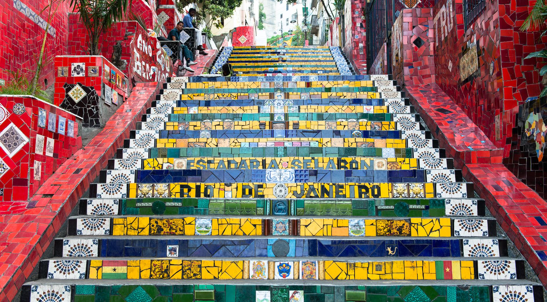 El color está presente en la cotidianeidad de Río de Janeiro. Son famosas las 'Escaleras de Selaron', que unen Lapa con Santa Teresa.