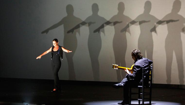 Sara Baras dirige, coreografía y produce sus espectáculos (Fotografía de 'Sombras' sobre el escenario del Cuyás).