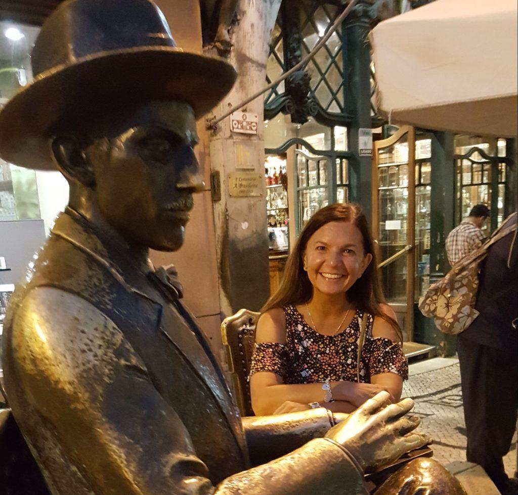 Cualquier rincón del Chiado lisboeta puede reservarte una sorpresa, como tomar café con Pessoa (Fotografía de la autora del reportaje, Espiral21).