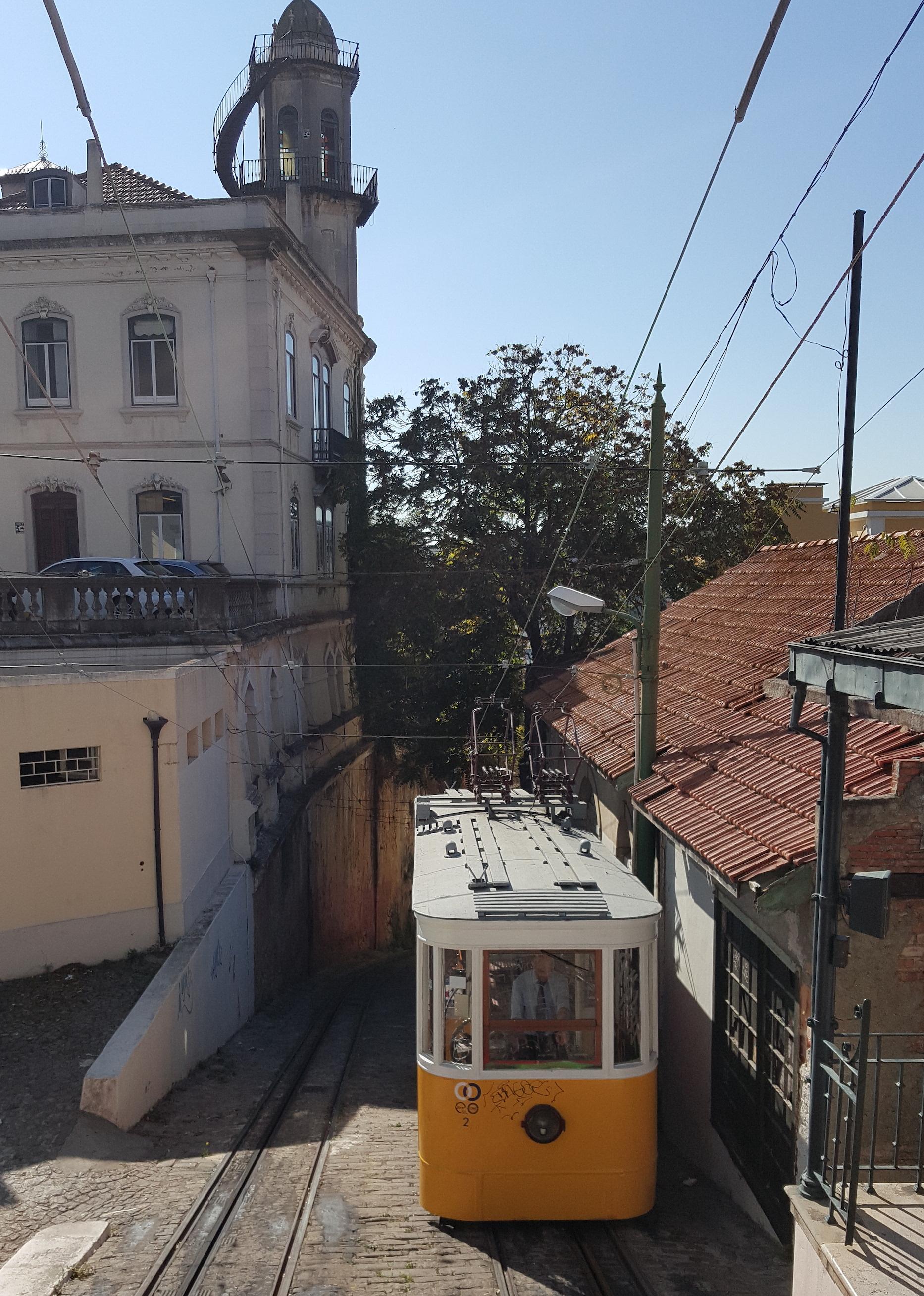 Los elevadores o funiculares son esenciales para subir a los barrios lisboetas que se ubican en sus colinas (Fotografía Espiral21).