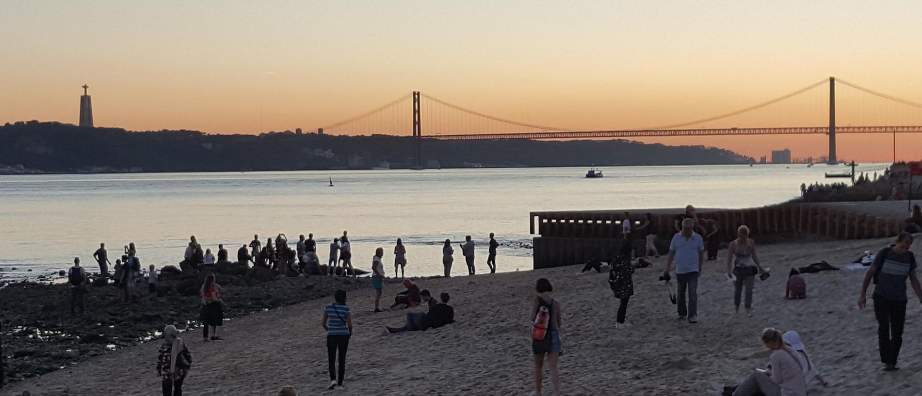 Lisboetas y turistas por igual aguardan la puesta de sol a orillas del Tajo (Fotografía Espiral21).