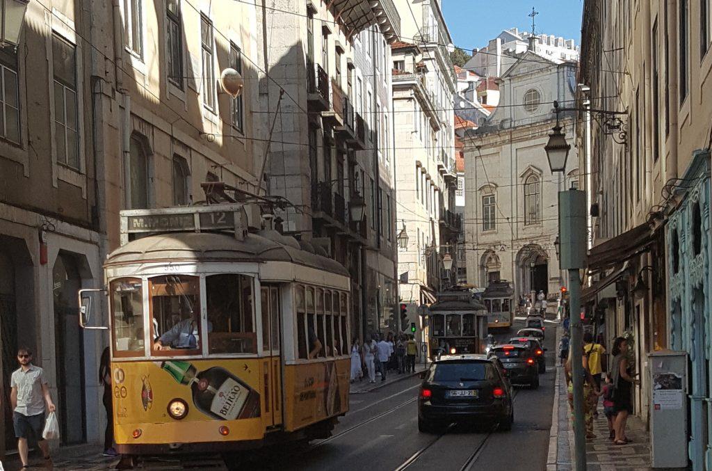 El tranvía Nº 28 que te lleva a 'La Alfama' es el más pintoresco y el preferido por todos los turistas que visitan Lisboa (fotografía Espiral21).