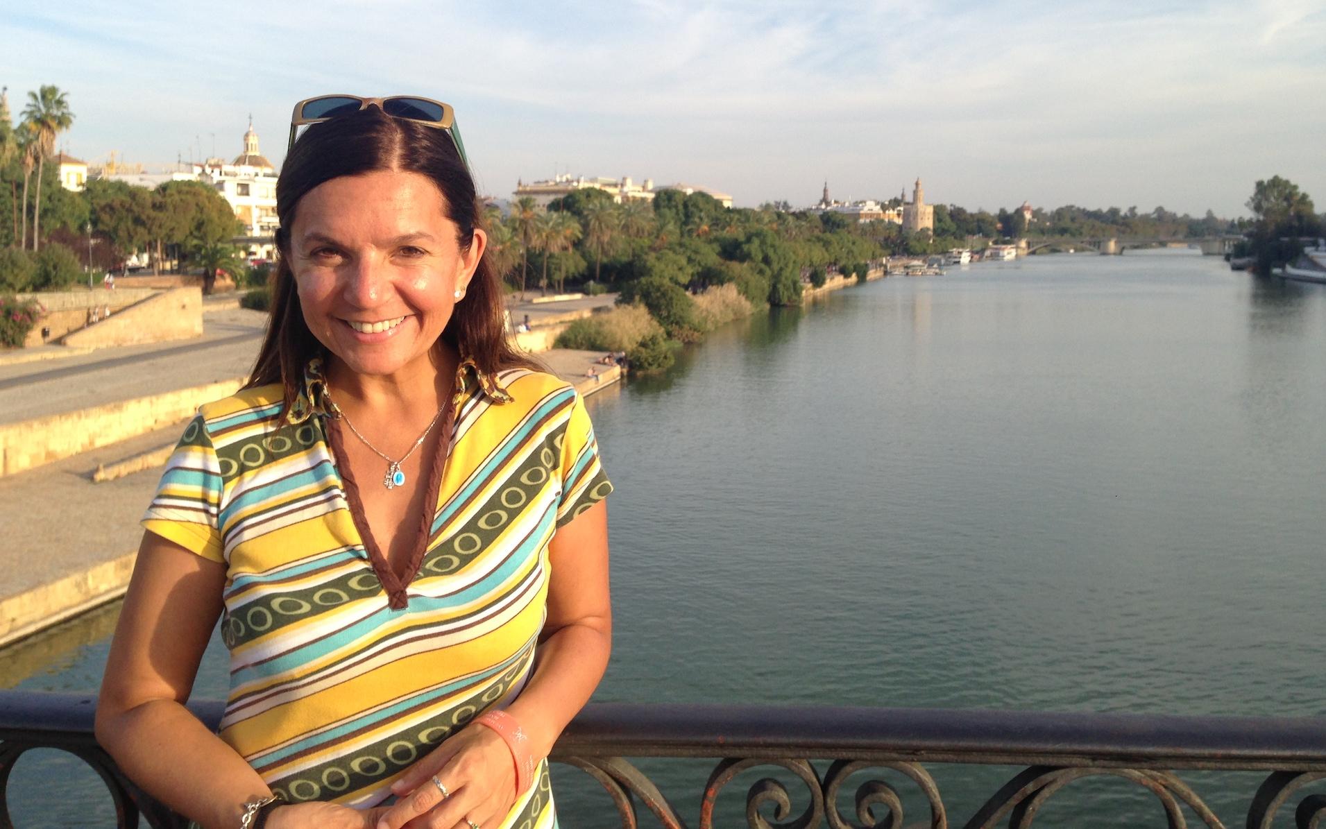 Cierto es que Sevilla tiene un color especial, sobre todo. al atardecer en el Puente de Triana (Fotografía de la autora del reportaje para Espiral 21).