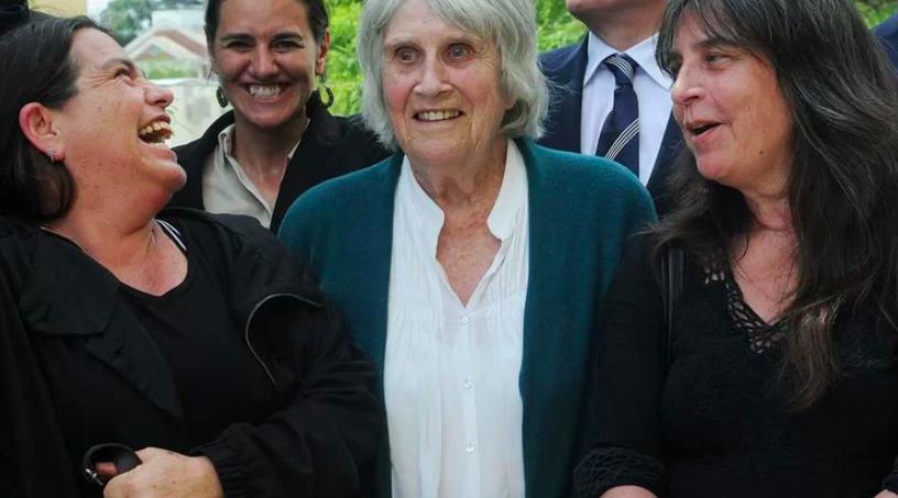 Joan, la viuda de Víctor Jara, junto a sus dos hijas, Amanda y Manuela, vuelven a sonreír...con la sonrisa ancha.