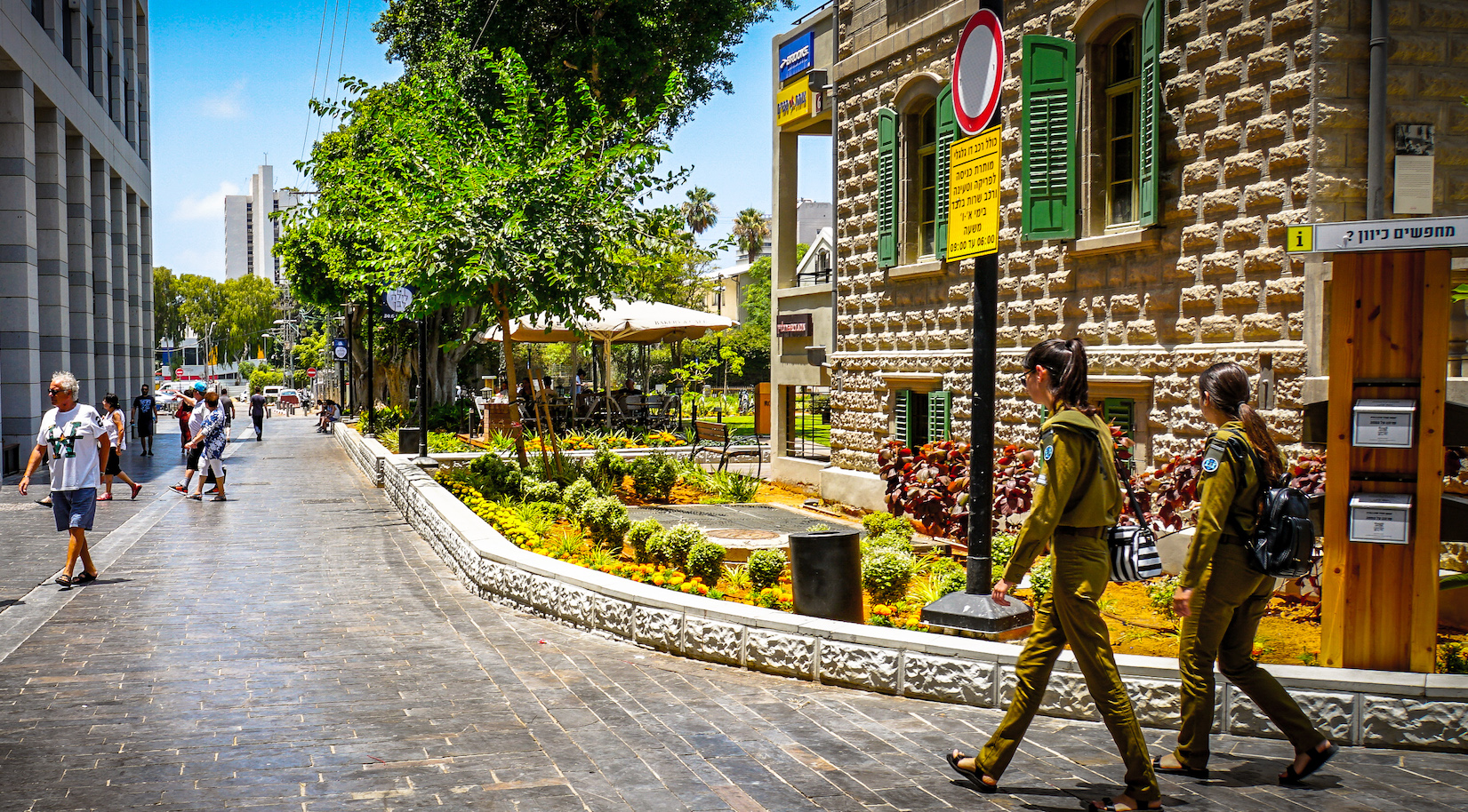 Dos chicas soldado camina por las calles de Tel Aviv en la zona del Sarona Market.