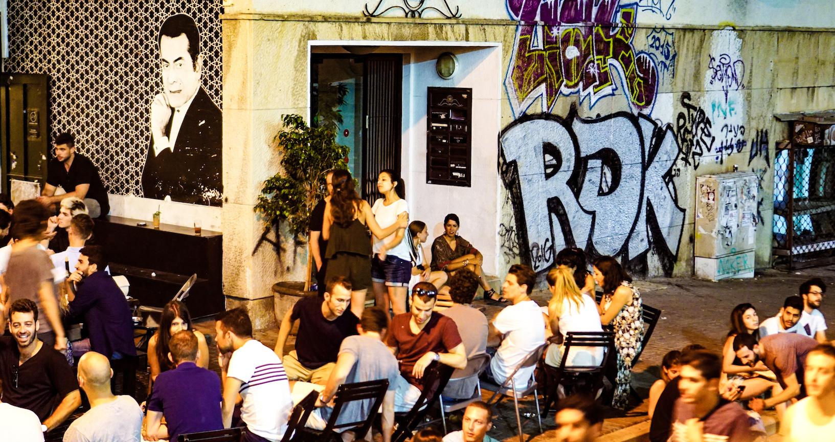 Casi cualquier rincón es válido para montar una terraza, incluso junto a la Gran Sinagoga. Así es Tel Aviv, desenfadada.