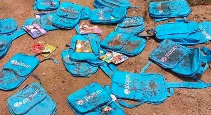 Las mochilas de UNICEF de los niños fallecidos en el autobús escolar bombardeado, quedaron esparcidas.