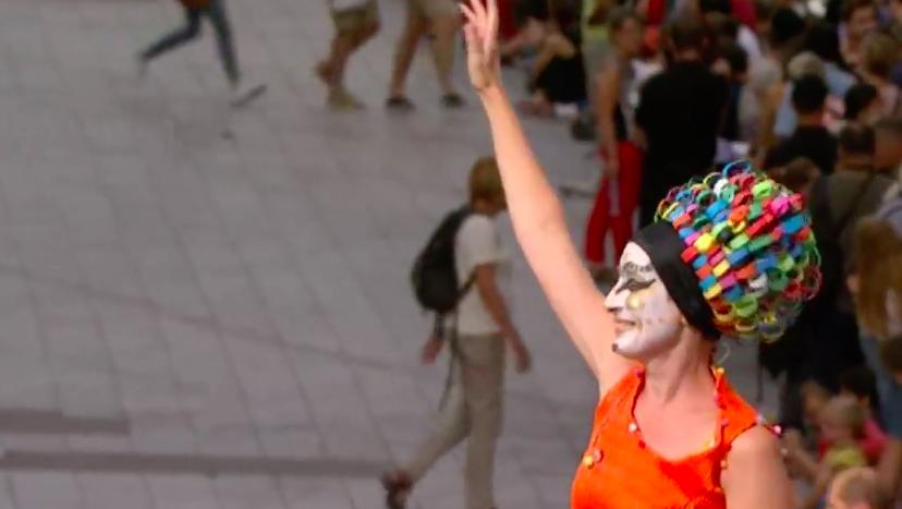 La calle es una fiesta durante el gran desfile que Lyon organiza con motivo de la Bienal de danza.