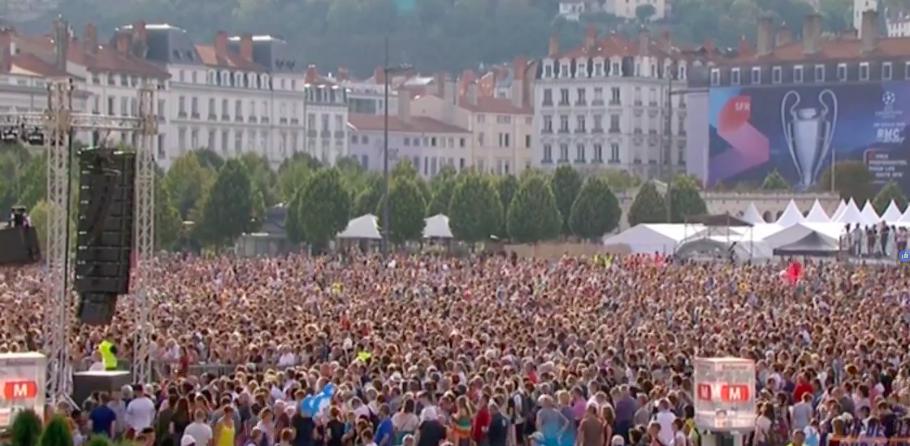 Decenas de miles de personas se congregaron en la Plaza Bellecour de esta capital del sur de Francia (Foto France3).