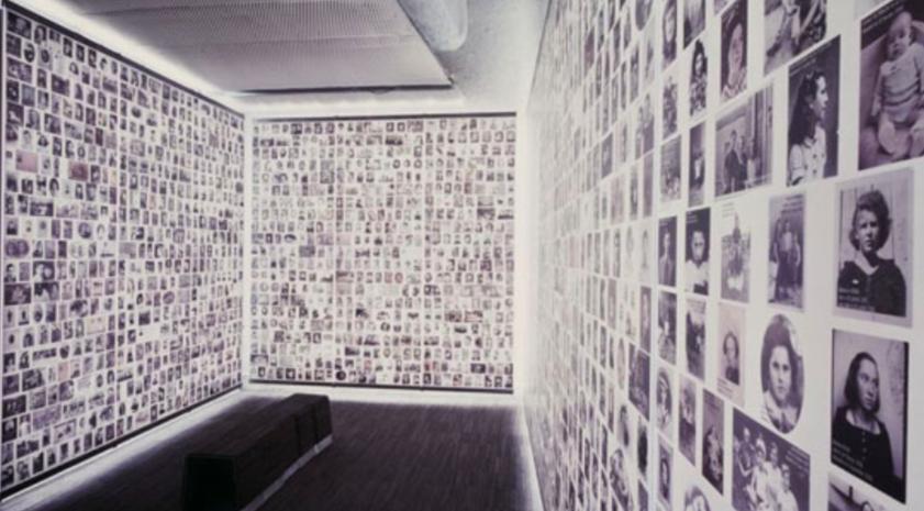 Museo de la Shoah de París, miles de fotos empapelan las paredes de salas enteras con los rostros de los judíos exterminados.