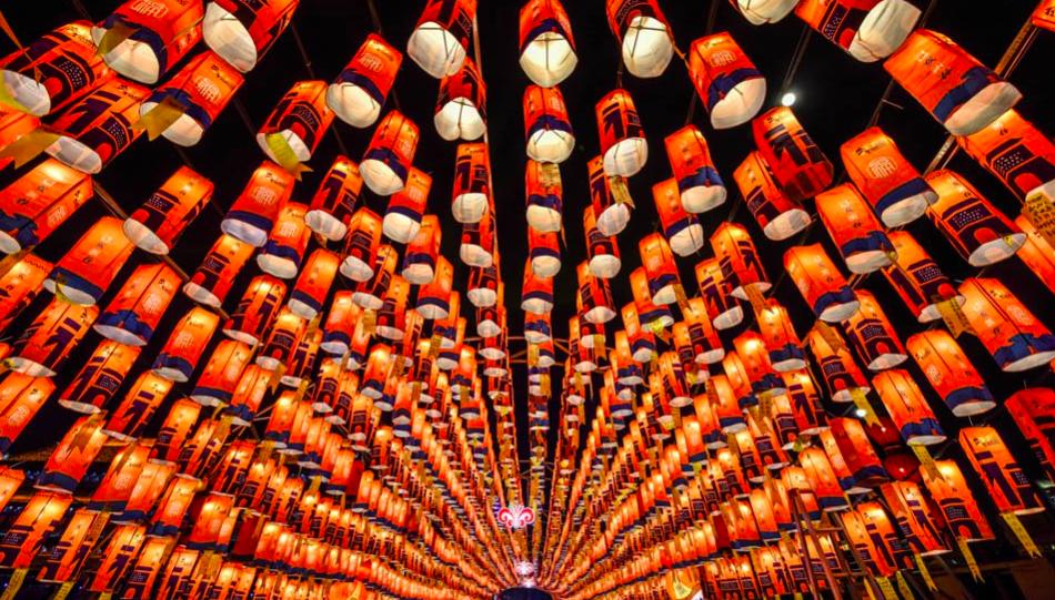 """Los farolillos con los que se celebra la """"ceremonia de la luz"""", en la que los participantes lanzan sus deseos, es uno de los momentos más significativos de esta fiesta."""