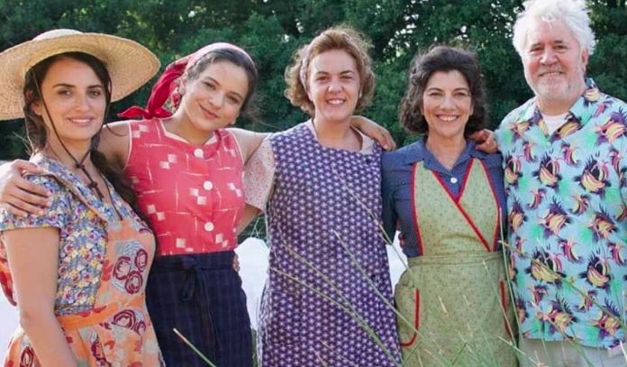 Rosalía se incorpora al universo femenino de Almodóvar, no sólo canta sino que aparece en la escena de la colada en el río.