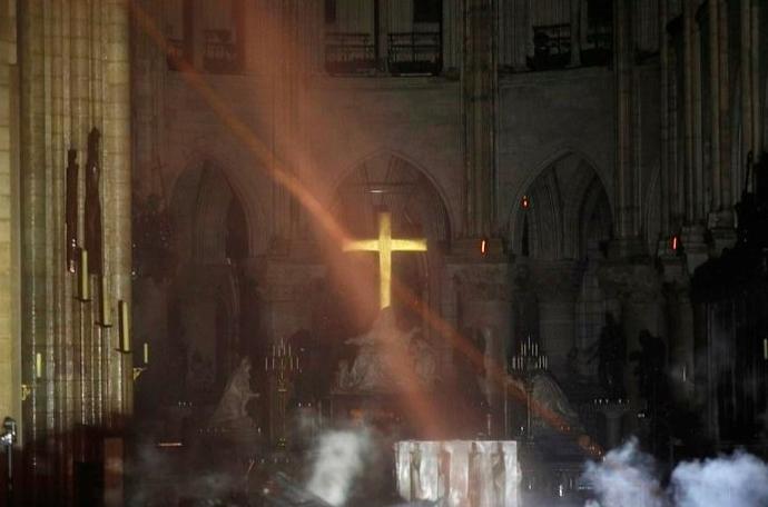 Las primeras imágenes del interior de Notre Dame devuelven la esperanza de todo cuanto ha podido salvarse.